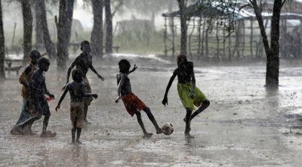 Anak Kecil Hujan-Hujanan