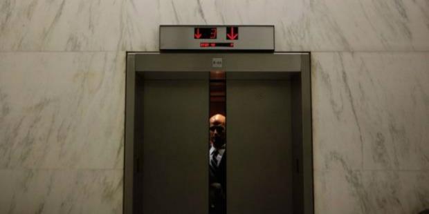 664xauto-terjebak-di-elevator-pemuda-ini-malah-mengerjakan-pr-1610281-rev1610282