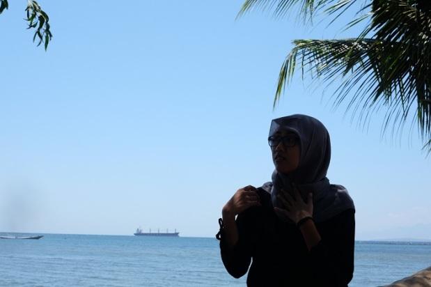 Berfoto di Pantai Kampe