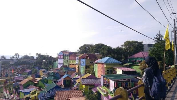 kampung warna-warni jodipan dari jalan raya