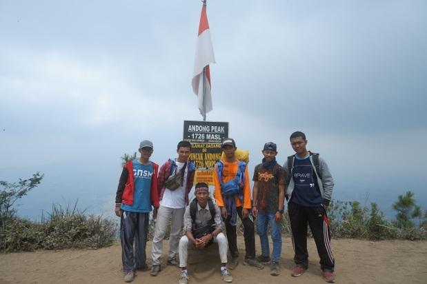 Kelompok Orang Berfoto di Gunung Andong