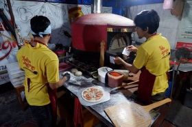Proses Pembuatan Pizza Di Tunqu Nangkring