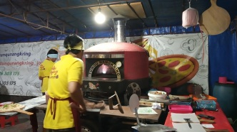 Proses Pembakaran Pizza Di Tunqu Nangkring